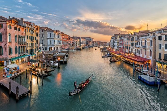 italy-venice-elevated-view-of-canal-in-city-543346423-59812f179abed50010eeb207